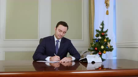 végre : The president signing documents by the desk in office Stock mozgókép