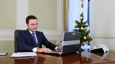 święta : Young businessman has video calling on his computer in the office