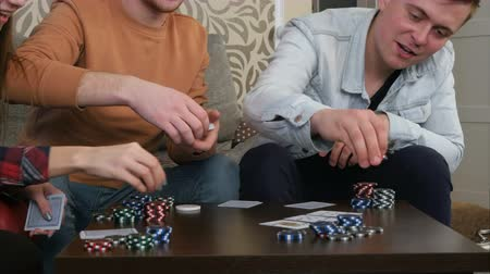 шансы : Teen poker players betting chips in poker game