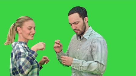 заигрывание : Happy people casual dressed enjoying dancing together on a Green Screen, Chroma Key.