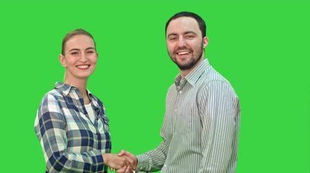 gratulací : Teen people shaking hands and looking at camera on a Green Screen, Chroma Key.