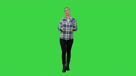 olhos verdes : Happy smiling woman in casual presenting and showing something on a Green Screen, Chroma Key.