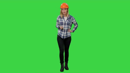 plánovač : Confident building engineer present business project on a Green Screen, Chroma Key.