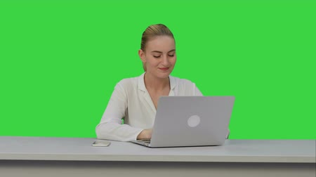 продвигать : Positive businesswoman ready to work on laptop computer at the begining of day on a Green Screen, Chroma Key.