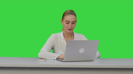 продвигать : Happy businesswoman enjoy working on laptop computer, imagine the project and write down on a Green Screen, Chroma Key.