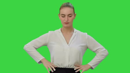 zuřivý : Angry young woman rips paper documents, throw it at the camera on a Green Screen, Chroma Key.