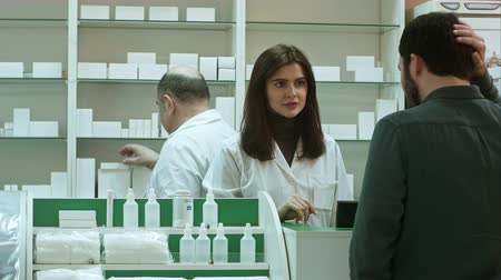 boticário : Professional pharmacist and pharmacy technician working in drugstore