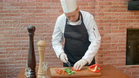 разделочная доска : Chef cutting bell pepper for salad