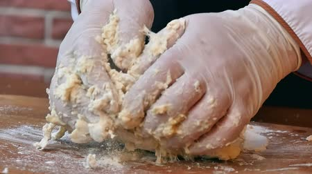 дрожжи : Male hands kneading a dough