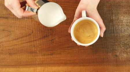 grãos de café : How to make latte art by barista focus in milk and coffee Vídeos