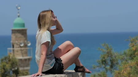 no exterior : Young woman in sunglasses enjoying the sun and sea view
