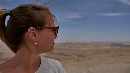кратер : Happy female traveller enjoying desert view from cliffs edge