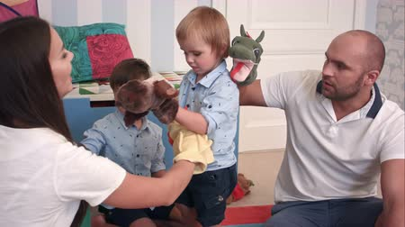 loutka : Father and mother playing animal hand puppets with their boys Dostupné videozáznamy