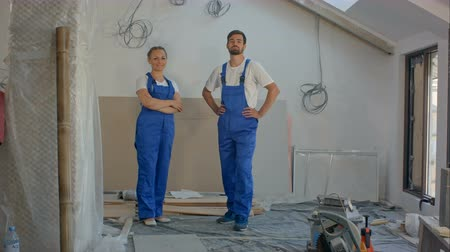 installer : Cheerful workers team at a indoors smiling on camera