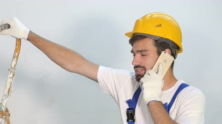 отправка : Builder or supervisor On Site Using Mobile Phone