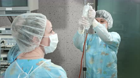 karetka : Assistants preparing for surgery in an operating room