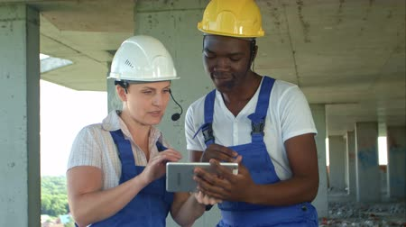 topografo : Construction people using electronic tablet on site