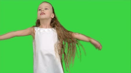 vysoká klíč : Little girl singing and dancing on a Green Screen, Chroma Key Dostupné videozáznamy
