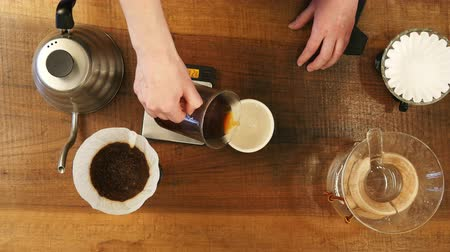 grãos de café : Hot coffee is splashing in cup