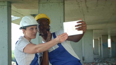 construtor : Funny workers taking selfie at contruction site Stock Footage