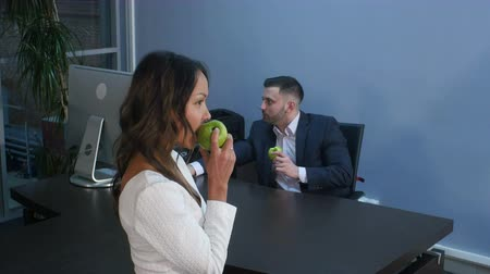 pauzinhos : Young business people having lunch together, eating green apple