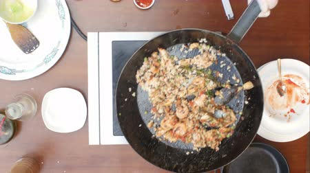 šafrán : Mixing paella and seafood in a pan, cooking