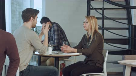 metáfora : Young couple have first date together in cafe Stock Footage