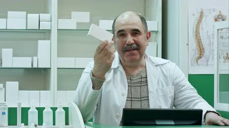 клеть : Friendly senior doctor with drug presenting pills