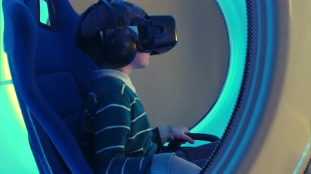 grãos : Little boy experiencing virtual reality attraction