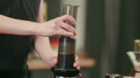 kafeterya : Barista preparing black coffe with aeropress