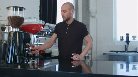 kafeterya : Male barista using the coffee machine preparing coffee for a client Stok Video