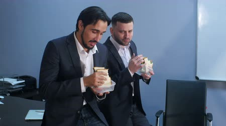 lunchen : Office workers have a break from work to eat second breakfast Stockvideo