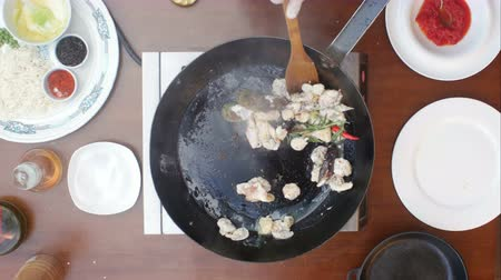 kalmar : Mixing seafood in a pan during cooking Dostupné videozáznamy
