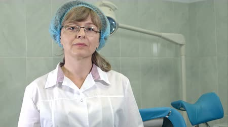 baarmoeder : Confident female gynecologist in glasses looking at the camera