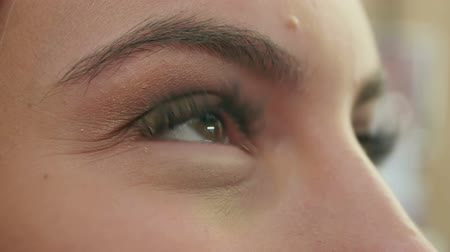 yanlış : Make up for beautiful young girl in beauty salon applying eye shadow