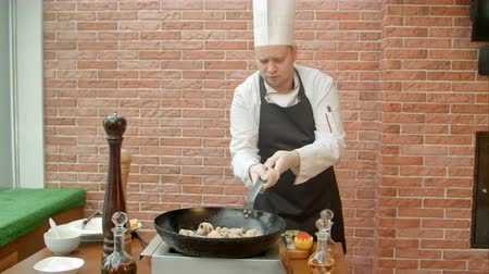 visolie : Chef prepare seafood mix for salad Stockvideo