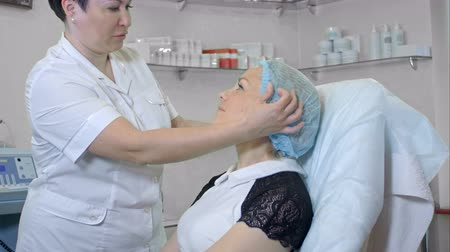 algodão : Cosmetologist preparing female client to a beauty procedure