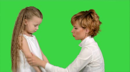 özlem : Mother speaks with her daughter on a Green Screen, Chroma Key