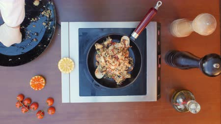 saffraan : Decorating seafood paella with lemon Stockvideo