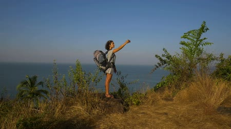 dinlenmek : Young woman backpacker taking photo with cellphone on mountain peak