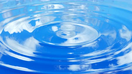 reflexão : Looping UHD 3D animation of the ripples on a water surface with a blue cloudy sky reflections Vídeos