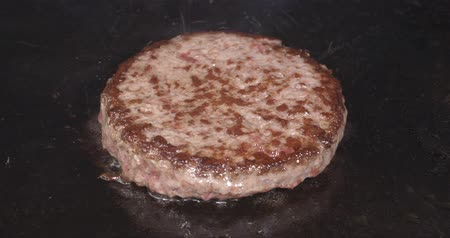 kino : Cinema 4K closeup shot of juicy beef burger being fried on the iron
