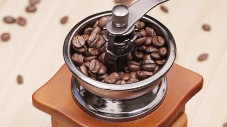feijões : Slow motion shot of coffee beans falling into vintage grinder