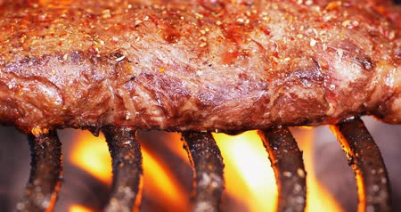 marmorizado : C4K shallow DOF closeup shot of the juicy marbled beef steak on a barbecue grill Stock Footage