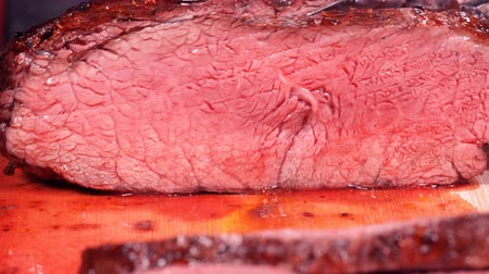 condimento : UHD of slicing the grilled bloody beef steak in slow motion Vídeos