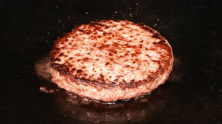 marmorizado : UHD closeup shot of delicious beef burger being fried on the iron
