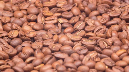 koffieboon : UHD closeup shot of the light roasted coffee beans on a turntable