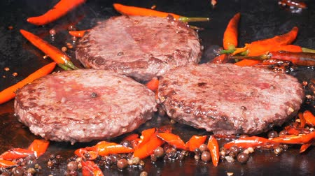 marmorizado : Delicious beef burgers are frying on the hot iron in UHD