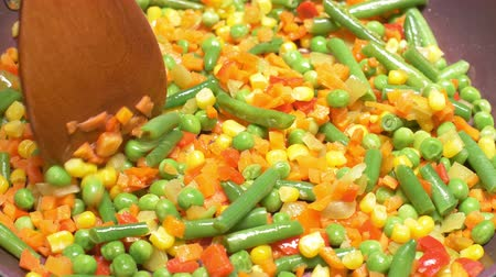 ervilhas : UHD closeup shot of the mixed vegetables in a fry pan