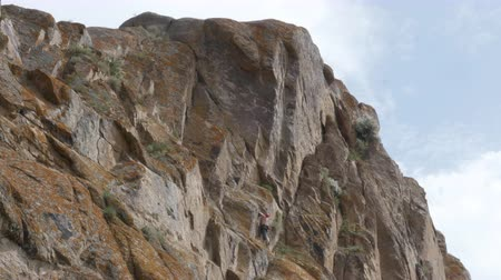 épico : Man climber hiking and climbing the rock
